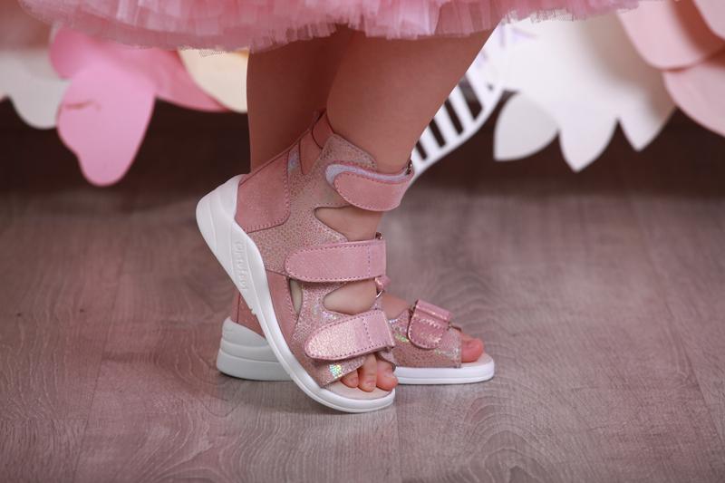 Детская ортопедическая обувь на ноге