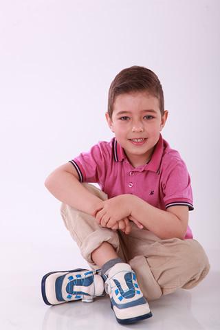 Мальчик в детской ортопедической обуви - кроссовки от Ортофут в Киеве