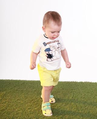 Годовалый ребенок в ортопедических детских босоножках