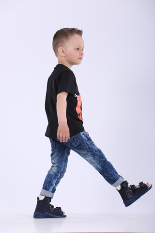 Развитие ходьбы у детей. Мальчик в детской ортопедической обуви Ортофут в Киеве
